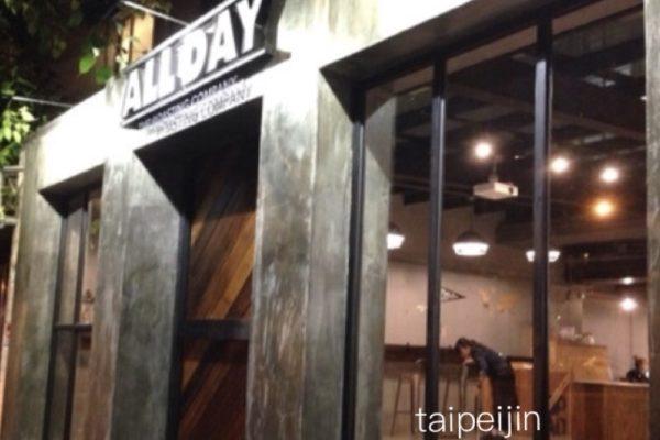 Alldayのお店は大きな扉が目印です