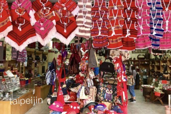 原住民の衣装を売るお店