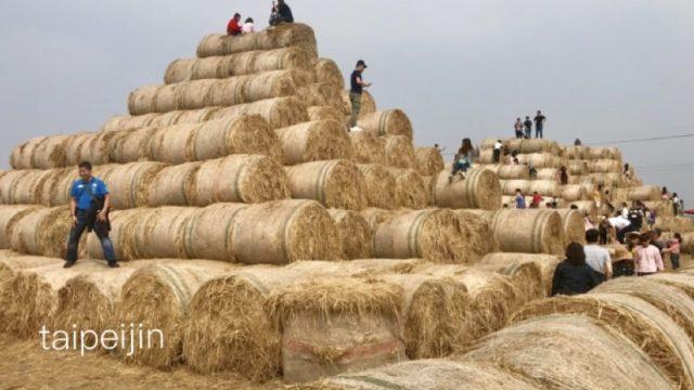 干し草ピラミット