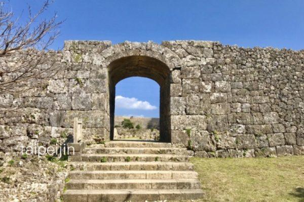 中城城の門から空を見る