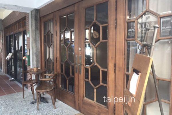 外観は洋風のカフェModern Mode & Modern Mode Café