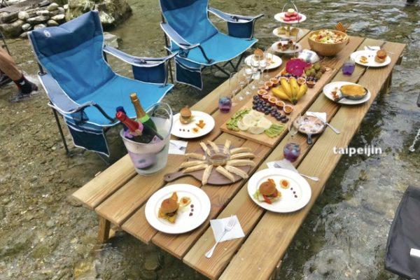 原住民保護区の水上の食事