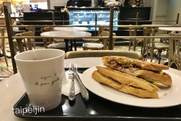 アニエス・ベーカフェのフランスパンとオニオンチキンサンドウィッチ