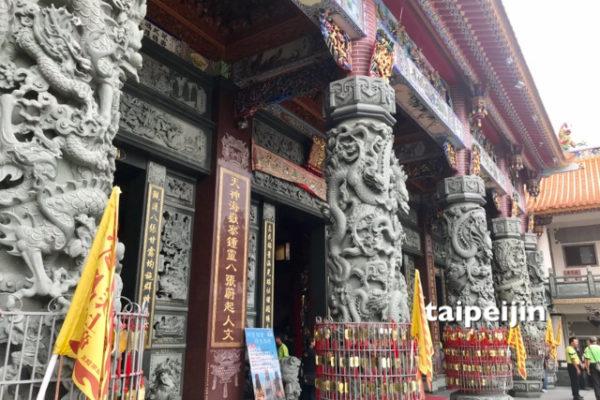 お寺の彫刻の柱