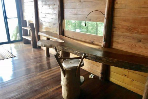 ゲストハウスの机