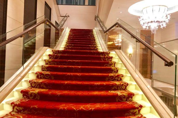 二階への赤い階段