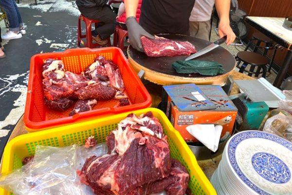 阿裕牛肉涮涮鍋のお肉をきっているところ