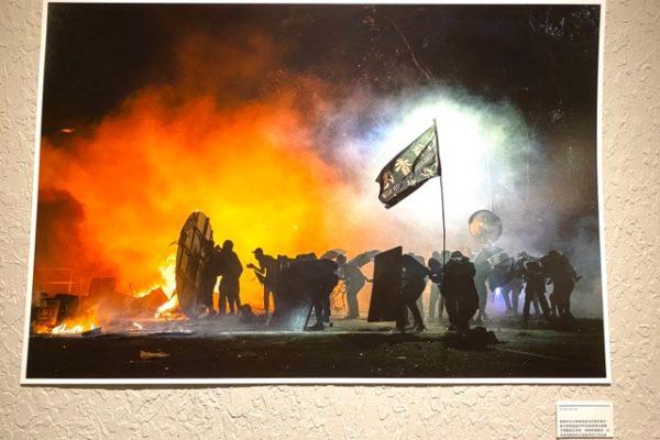火の萌える暴動写真