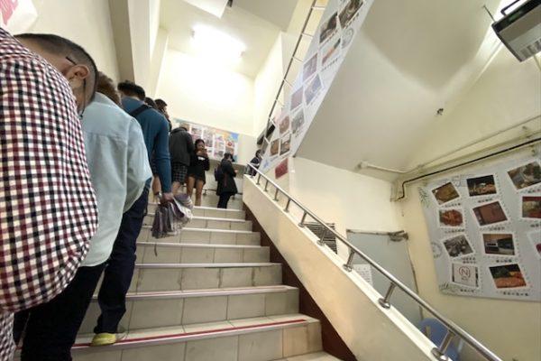 阜杭豆漿の階段の行列